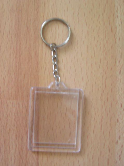 Téglalap alakú kulcstartó alaplánccal